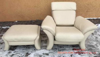 Кожаное кресло реклайнер + пуф