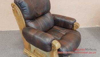 Кожаное кресло на деревянном каркасе