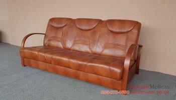 Кожаный диван с деревянными перилами