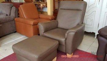 Кожаное кресло с пуфом