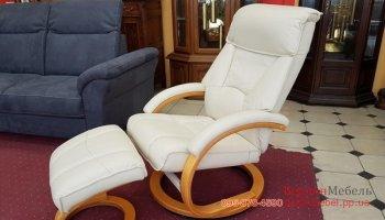 Новое кожаное кресло с пуфом под ноги